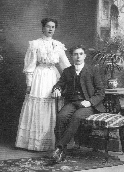 Walter & Nettie's wedding photograph Year: June 1906