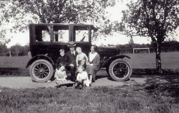 Olson Family in 1925 Year: 1925 Place Name: Brandon, MB Family outing - Front Row: Margaret and Lillian Back Row: Carl Jonas, (Rev) Carl, Robert, Freda